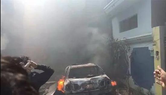 飞机坠入居民区引发大火浓烟
