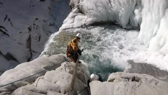 救济队在事发冰川睁开深度救济。受访者供图