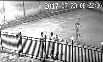 4月9日在法庭上播放的监控视频,崔靖祥被5人围殴倒地。图片来源:北京青年报
