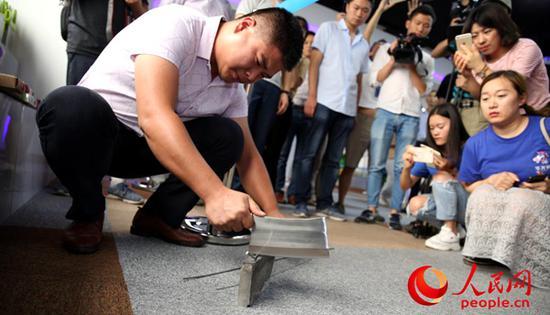 依托独创的锻打工艺,大足刀具赢得了市场认可。(人民网 孙阳摄)