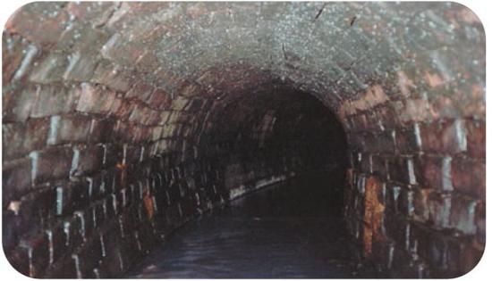 图为纽约于1865年开始建设的下水道,建筑材料主要是砖块