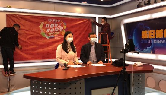 秭归县副县长宋俊华在直播间向观众介绍秭归脐橙