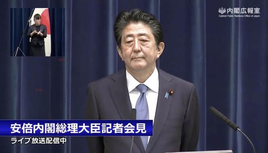 图为日本首相安倍晋三18日召开记者会