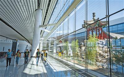 位于航站楼内的中式天井。拍照/新京报记者 陶冉