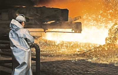 美国商务部长罗斯5月31日表示,美国总统特朗普决定不再延长对欧盟、加拿大和墨西哥的钢铝关税豁免期限,将从6月1日开始对这三个经济体的钢铝产品分别征收25%和10%的关税。图为2018年4月27日在德国杜伊斯堡一家钢铁厂拍摄的工人工作的资料照片。 新华社/美联