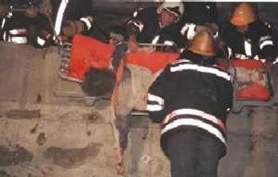新华社记者邵云环被救援人员从二楼抬出。(吕岩松摄)