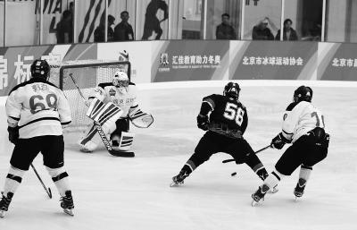 图为北京二队球员在比赛中射门。