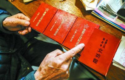 1953年作为中国人民解放军走向正规化大练兵军事指导员的朱振德多次立功受奖,成为朱老引以为荣的自豪。