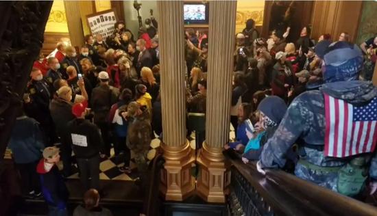 美国密歇根州示威者持枪进入议会大厦抗议。(图源:推特)