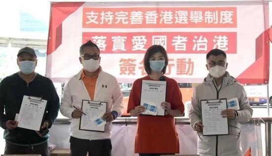 香港市民于沙田街站签名支持完善香港选举制度。图源:中新社