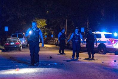 图为警察在一处案发现场调查 图源:《芝加哥太阳报》