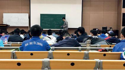 3月7日,在华南师大附中上课的IMO中国国家集训队。摄影/本刊记者 杜玮