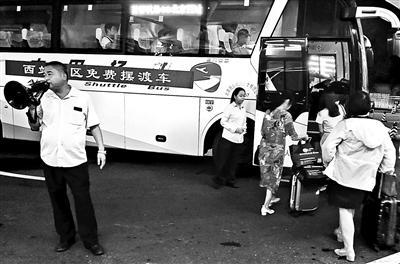 北京西站夜间开设的微循环免费摆渡车摄影/李然