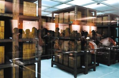 昨日,国家图书馆,观众隔着玻璃近距离目睹库房内林立的《四库全书》书架。新京报记者 浦峰 摄