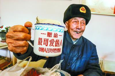 1952年朱振德作为中国人民志愿军战士参加抗美援朝时发放的水杯,成为老人倍加珍藏的老物件。