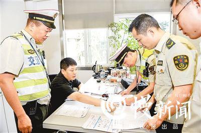 交通执法人员对库存配件进行检查
