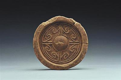 陵园内发现的卷云筒瓦残片。这是东汉中晚期洛阳地区常见的纹饰,为判断陵园建筑的年代提供证据。