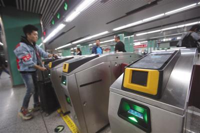 昨日,地铁5号线宋家庄站所有闸机已安装了扫二维码乘车的机具。新京报记者 王贵彬 摄