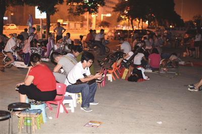 去年8月12日是淮安市区公立幼儿园报名的日子,众多家长从前一天傍晚开始陆续在各公立幼儿园门前排队。 扬子晚报 图