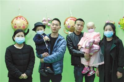 """白血病患儿小天奕(左)、小依晨(右)和他们的父母。3月26日,家长在志愿者的帮助下,为两个孩子举行了""""婚礼""""。韩雨岐 摄"""