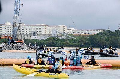 冲绳民众乘皮划艇进行抗议(图来自日本《琉球新报》)
