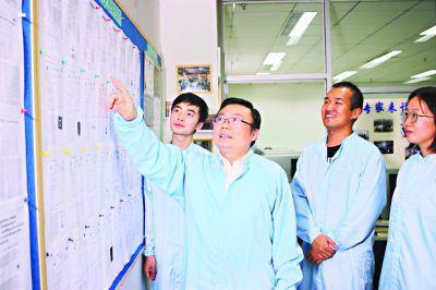 缪向水(左二)与学生们交流 记者康鹏 摄