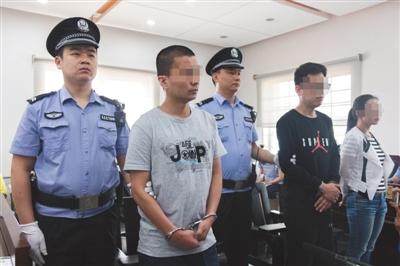 昨日上午,朝阳法院开庭审理快律在线北京信息技术有限公司法定代表人陈某(左二)及员工涉嫌侵犯公民个人信息案。实习生 陈婉婷 摄