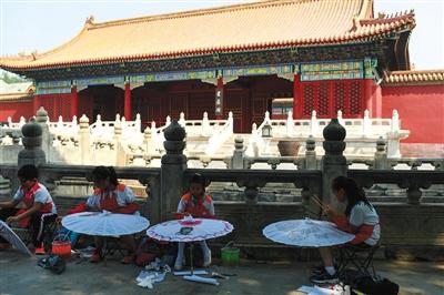 2017年5月18日(国际博物馆日),小学生在彩绘故宫元素伞。新京报记者 浦峰 摄