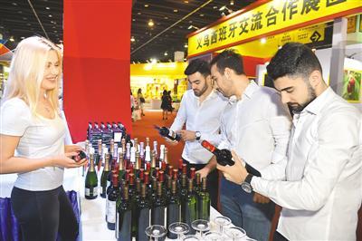 五月六日,二○一八中国义乌进口商品博览会在义乌国际博览中心盛大启幕。图为阿塞拜疆客商在挑选西班牙红酒。龚献明摄