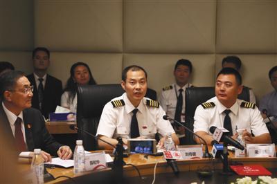 5月16日,刘传健(左)回答记者提问。当日,四川航空举行媒体见面会,通报14日因机械故障备降成都的3U8633重庆至拉萨航班相关情况。 新华社发