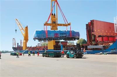 2018年1月3日,由中国机械设备工程股份有限公司和中国中车集团联合研发的货运列车抵达阿根廷布宜诺斯艾利斯港。   新华社记者 倪瑞捷摄
