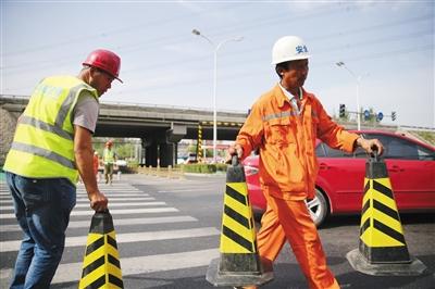 耿庄桥南侧路政工人在高温下作业。新京报记者 王贵彬 摄