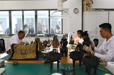 6月9日,故宫,志愿者在为公众讲解文物医院的工作。新京报记者 浦峰 摄