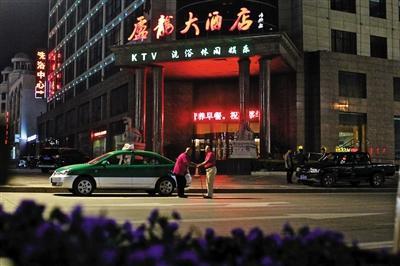 6月8日晚10点,吃过晚饭后,李金柱驱车来到县城唯一的大酒店门前等活,此时父亲已经跟车跑了13个多小时,收入105元,李金柱希望回家前能够再拉上一单。