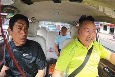 为了不引起乘客反感,李金柱尽量与他们聊些开心的话题,老父亲坐在车上也一直观察着乘客的表情。