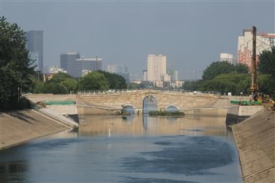 昨日,八里桥新桥施工现场。