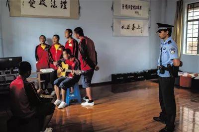 ▲6月13日,云南省第一强制隔离戒毒所未成年人大队,几名喜欢音乐的未成年戒毒人员正在弹琴唱歌。