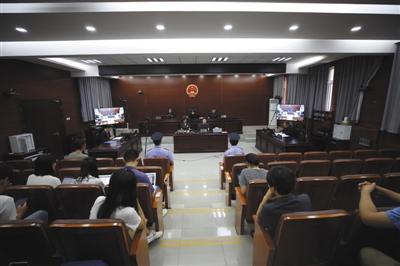昨日下午,北京铁路运输法院作出一审判决,要求铁路局在相关列车上拆除烟具,取消吸烟区。法院供图