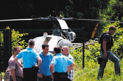法國警方1日在巴黎東北部郊區、距離事發監獄60公裡的地方發現荷多安·菲團夥搭乘的直升機和飛行員。圖/視覺中國