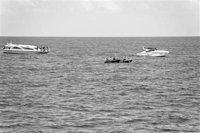 7月7日,在泰国普吉,救援人员在游船倾覆附近的海域进行搜救。