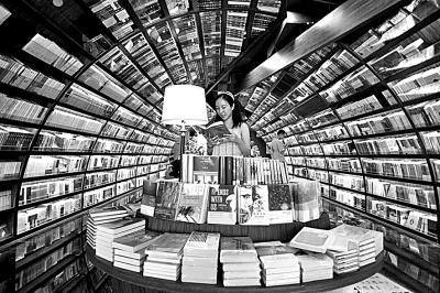 读者在江苏扬州钟书阁书店选购图书。光明图片/视觉中国