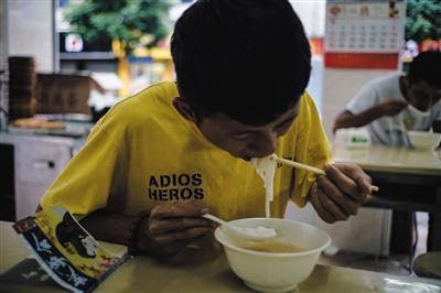 8月15日,徐家在上工前来到老乡的店里吃了一碗粉。他说自己在三和只来这家吃饭,其他的吃不惯。