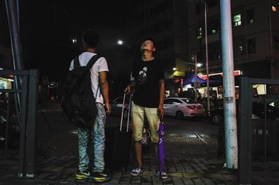 8月11日晚上9点30分,来自湖南邵阳的17岁少年小四拉着自己唯一的行李,决定离开这个曾经吸引他的地方——三和。