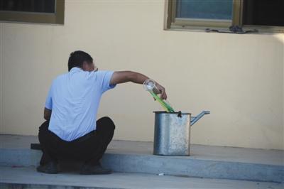 8月29日,定州382省道边一个无名停车场内暗藏着一个加油站,一名男子正在院内调配劣质燃油。