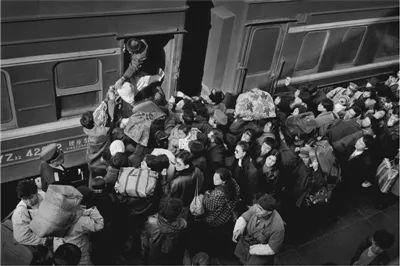 1994年的哈尔滨站,汹涌的人潮挤进列车。王福春摄
