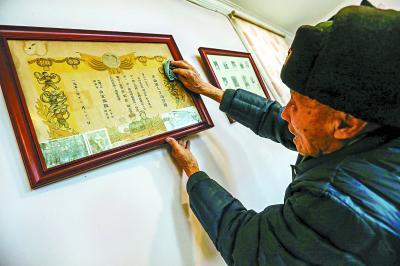 朱振德老人在军事练兵中荣获三等功嘉奖,一封泛黄的喜报承载了老人近70年的珍贵记忆。