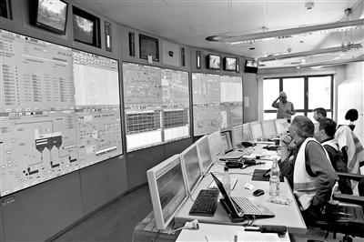 工人经由过程电视、电脑监控渣滓燃烧历程