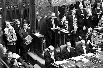 """""""被戚假""""的英国议会复会 拍照/新华社"""