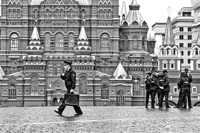 一名警察(左)经过俄罗斯莫斯科红场 摄影/新华
