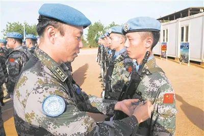 维和部队官兵授勋(图源:《解放军报》)